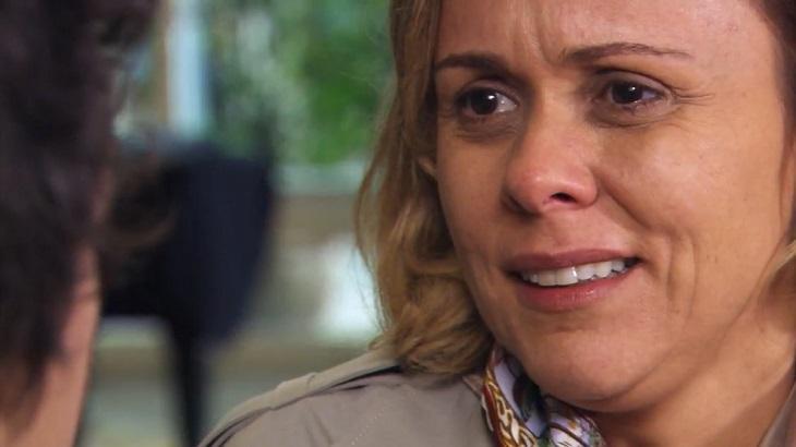 Cena de Ti Ti Ti com Bruna emocionada olhando para Julinho, que está de costas
