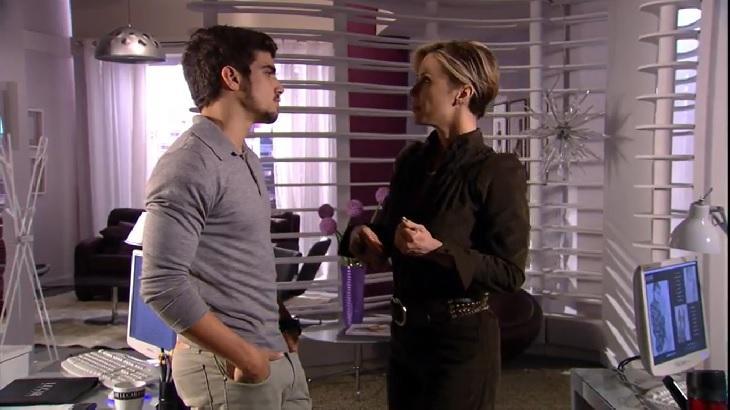 Cena de Ti Ti Ti com Edgar frente a frente conversando com Luísa