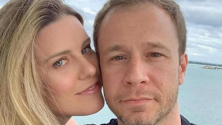 Daiana Garbin e Tiago Leifert de rostos colados com praia ao fundo