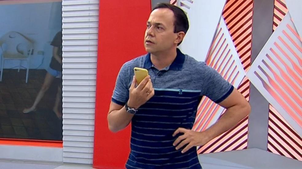 O apresentador Tiago Medeiros no estúdio do Globo Esporte em Pernambuco