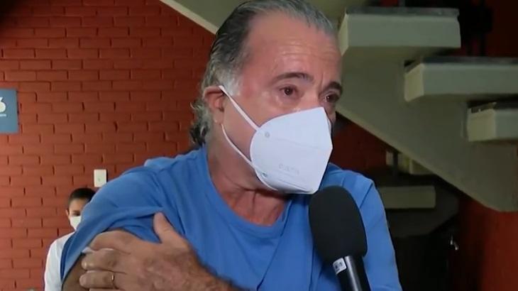 Tony Ramos com a mão no braço após receber primeira dose da vacina contra a Covid-19