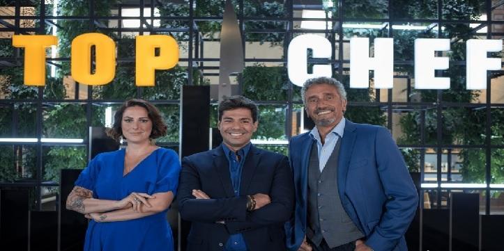 O apresentador Felipe Bronze posa entre os jurados Ailin Aleixo e Emmanuel Bassoleil