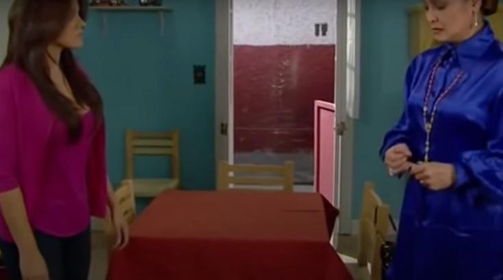 Cena de Triunfo do Amor com Maria e Vitória frente a frente com uma mesa entre elas