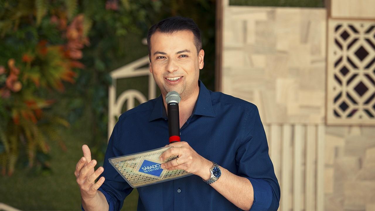 Irmão Alan Patrick  durante o programa Sábado no Santuário na TV Aparecida