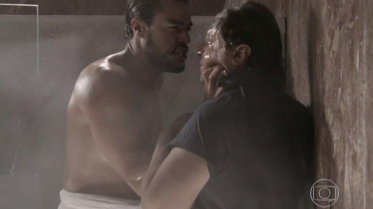 Império: Felipe interrompe banho de Enrico e tem atitude perigosa