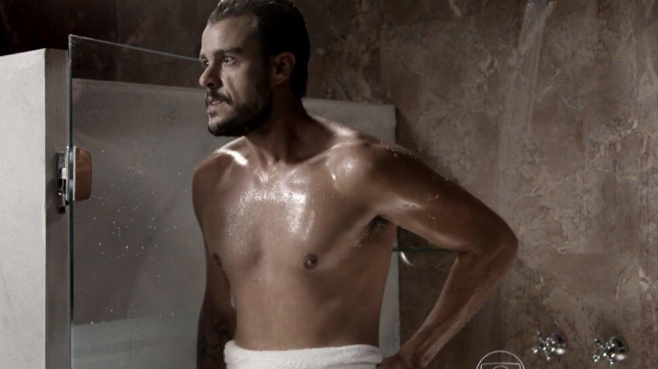Enrico com expressão de susto para Felipe enquanto segura a toalha