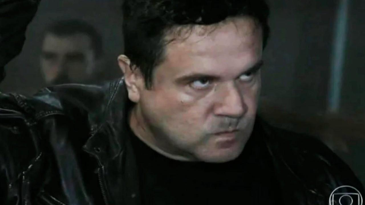 Felipe encara Enrico com uma faca em punho e expressão de ódio