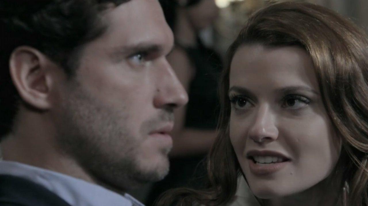 Helena falando ao pé do ouvido de Orville que fica paralisado