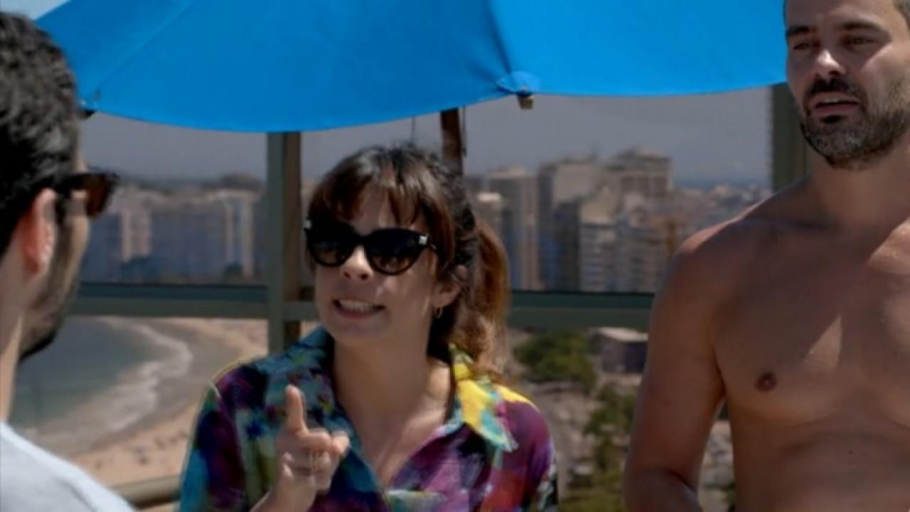 Danielle apontando o dedo para Zé Pedro enquanto Maurílio os observa