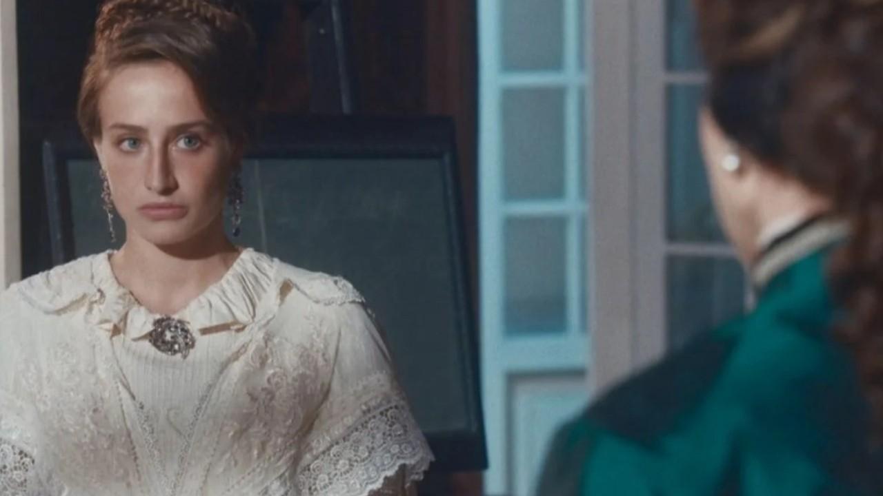 Leopoldina encara Luísa com desprezo