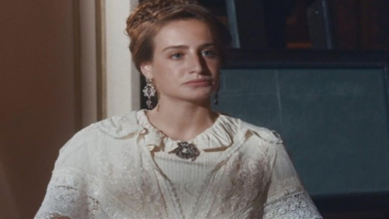 Leopoldina sentada e vestido branco