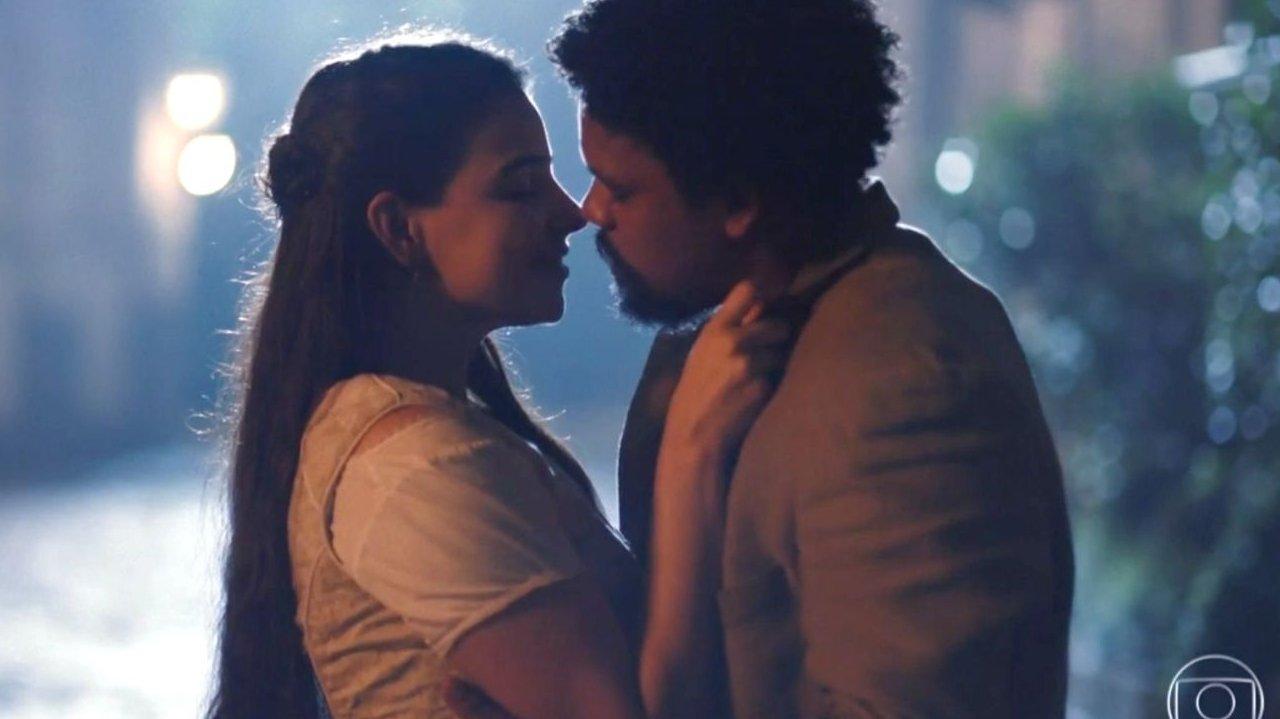 Pilar e Samuel próximos, quase se beijando