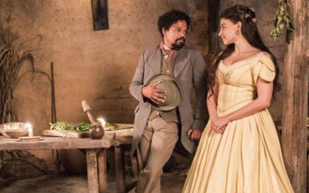Samuel e Pilar trocam olhares apaixonados
