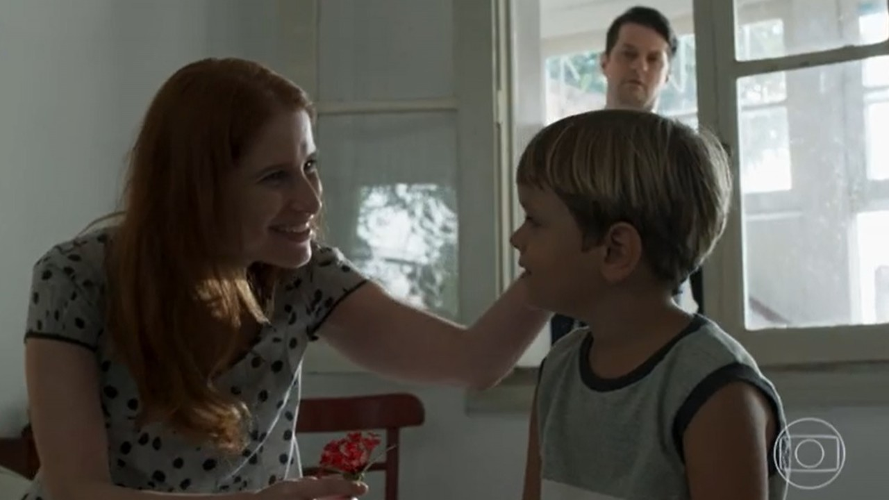 Malagueta de pé observando Mônica fazer carinho no filho