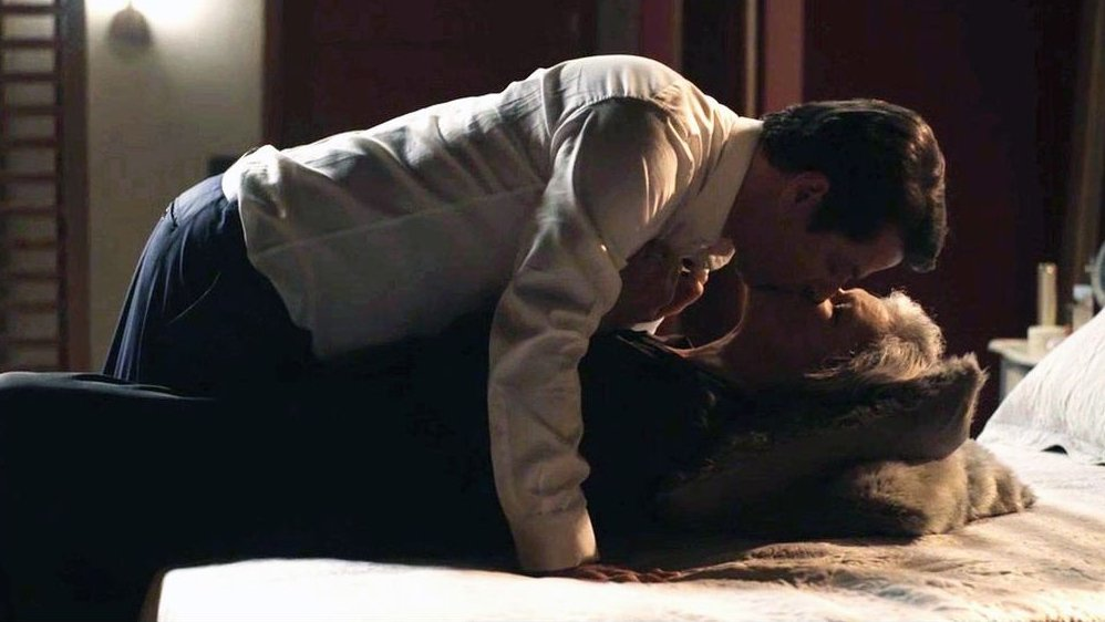 Malagueta e Sabine se beijando na cama