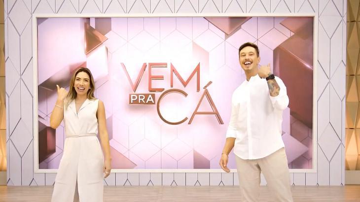 Patrícia Abravanel e Gabriel Cartolano no cenário do Vem Pra Cá