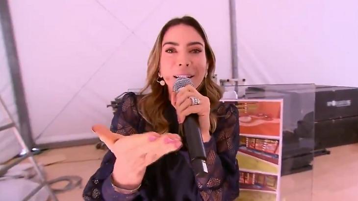 Patrícia Abravanel apresentando o Vem Pra Cá