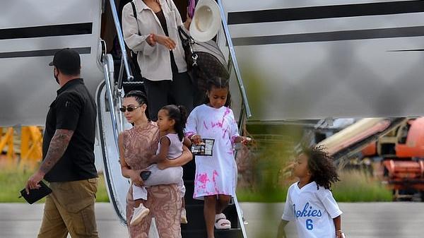 Kim Kardashian, Kanye West e os filhos desembarcando