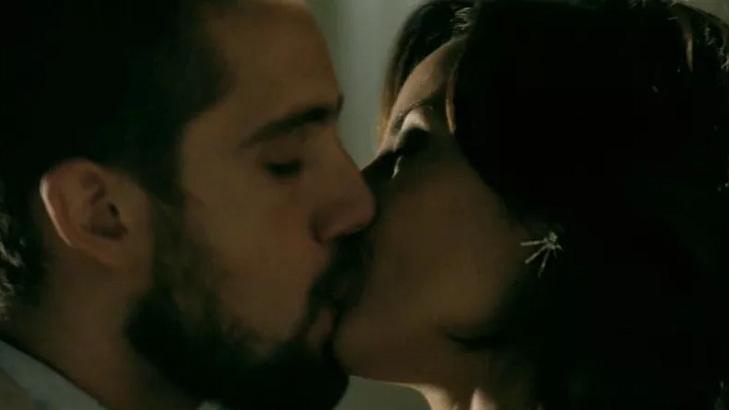 Vicente (Rafael Cardoso) e Maria Clara (Andréia Horta) aos beijos em Império