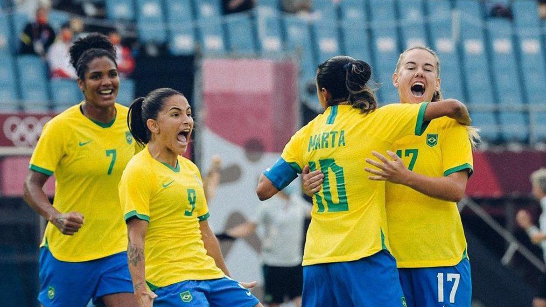 Meninas da seleção brasileira comemorando