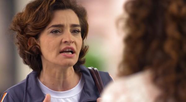 Vitória falando na rua com Dora