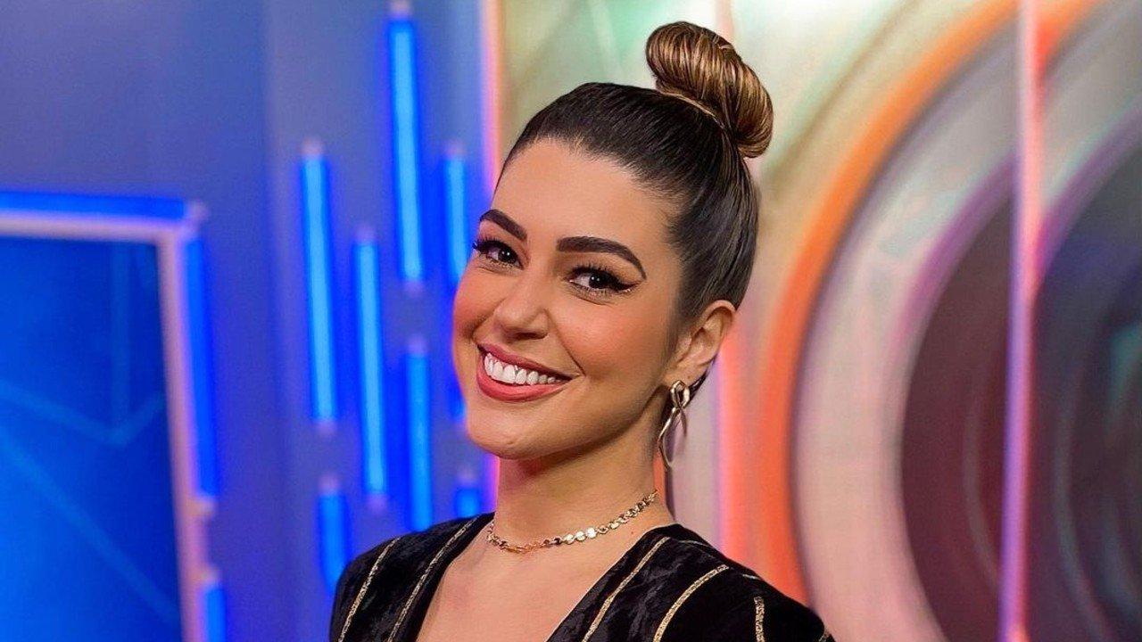 Vivian Amorim sorrindo e coque no cabelo