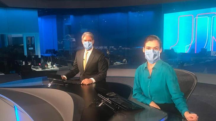 William Bonner e Renata Vasconcellos de máscara