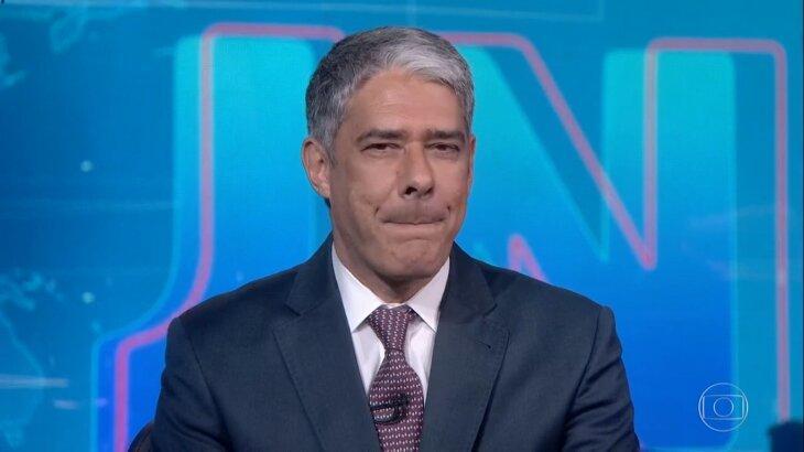 William Bonner pressionando os lábios durante o Jornal Nacional