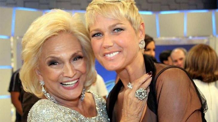 Hebe Camargo abraça Xuxa e sorri para foto durante seu programa no SBT