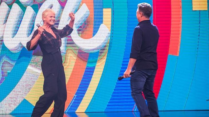Xuxa no palco do Caldeirão com Luciano Huck