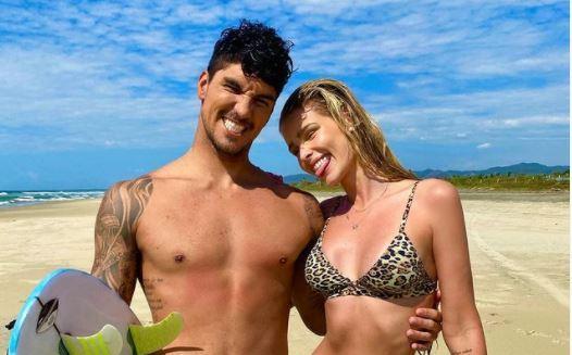 Gabriel Medina e Yasmin Brunet posam juntos em praia