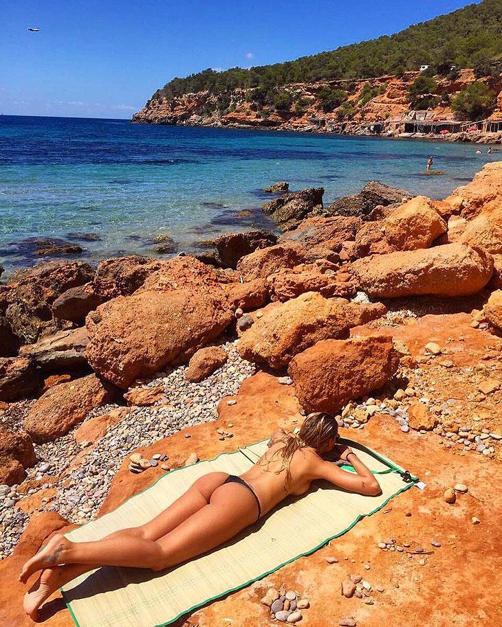 De fio dental, Yasmin Brunet faz topless em praia de Ibiza