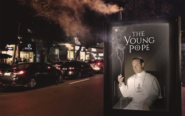 """Ação da Fox anunciará estreia de \""""The Young Pope\"""" com fumaça branca em ponto de ônibus no Rio"""