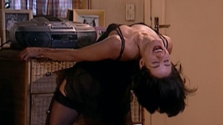 Soraya Ravenle em cena de striptease na novela Laços de Família, em reprise na Globo