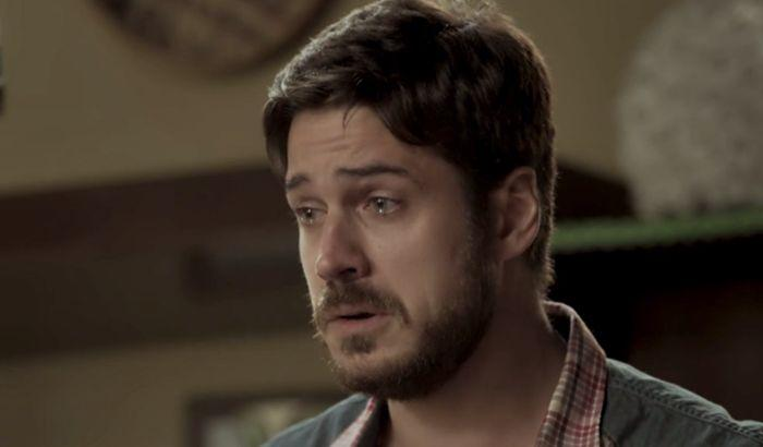 Zeca chora ao olha para Ruyzinho