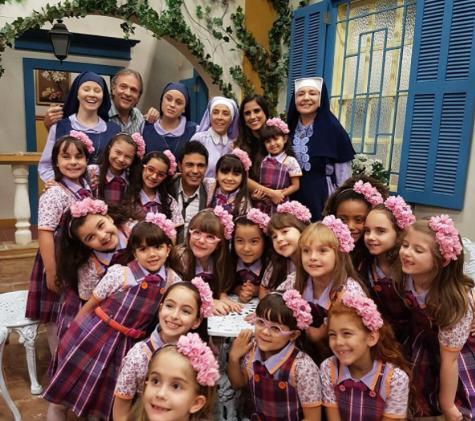"""Zezé Di Camargo visita a filha nas gravações de \""""Carinha de Anjo\"""" eé rodeado por crianças"""