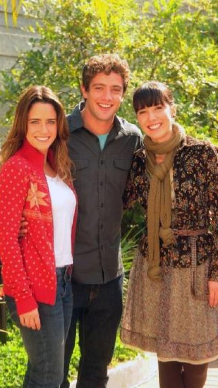 Ana, Rodrigo e Manu posam abraçados em A Vida da Gente