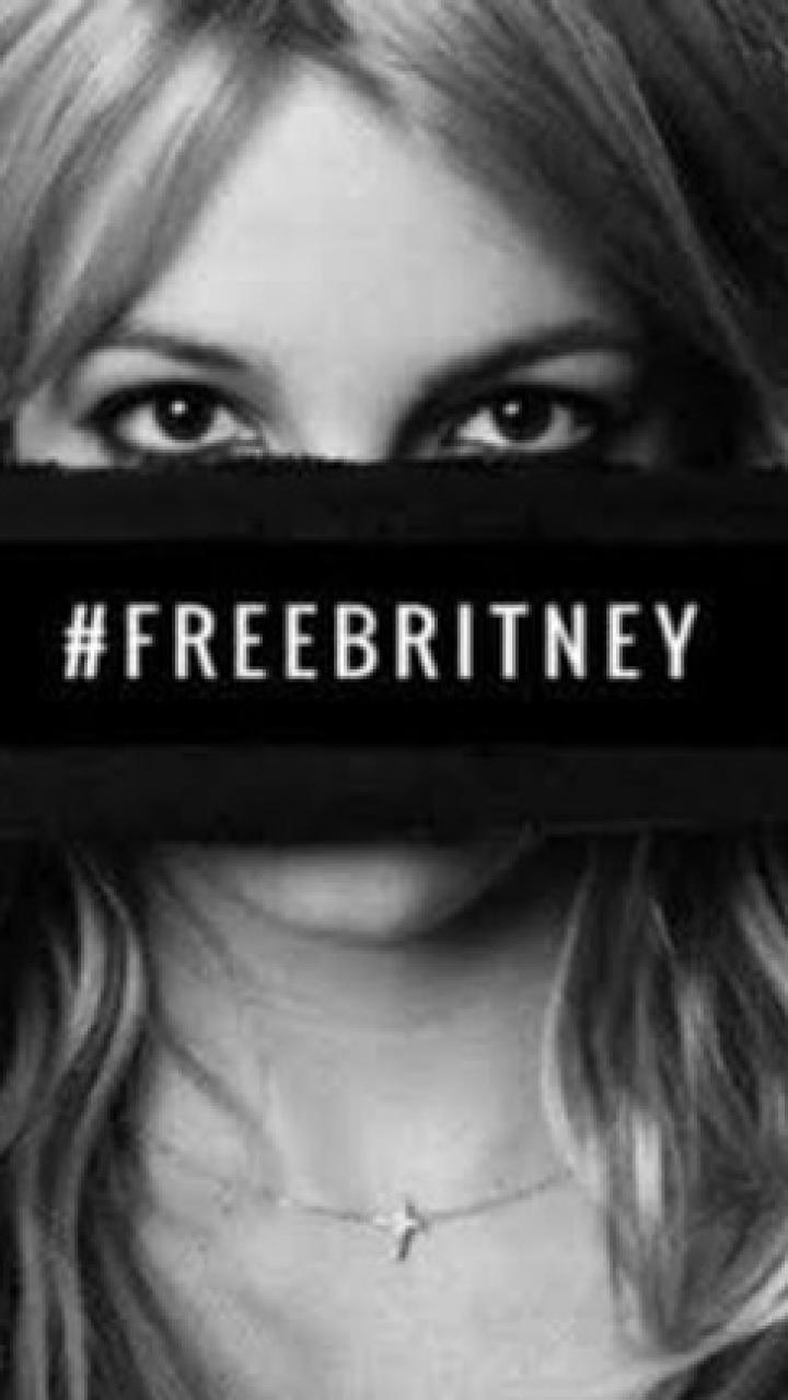 Britney Spears segura uma faixa próxima aos olhas com a mensagem #FreeBrtiney