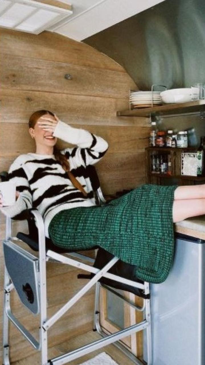 Marina Ruy Barbosa está sentada em uma cozinha