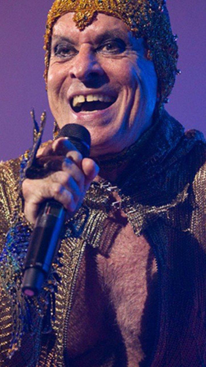 Ney Matogrosso cantando com microfone na mão em show