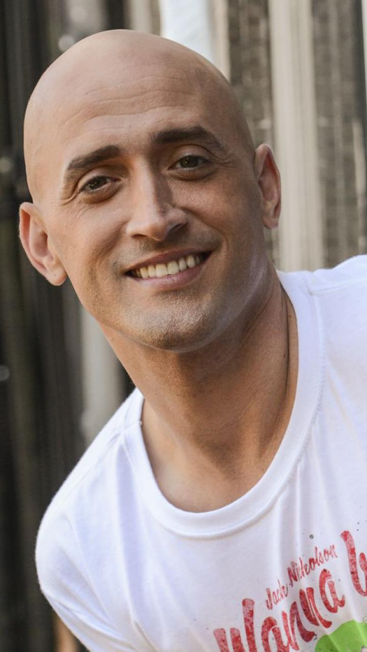 Paulo Gustavo sorridente posado para foto