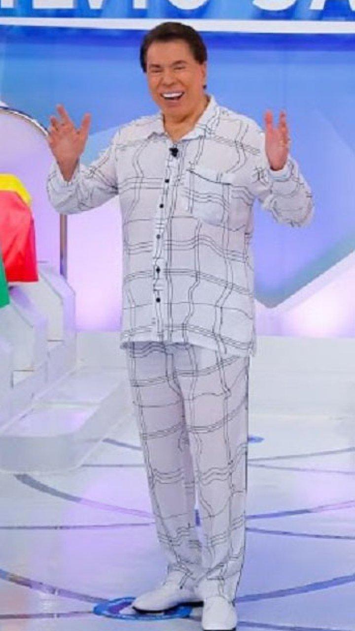Silvio Santos de pijama apresentando o Programa Silvio Santos
